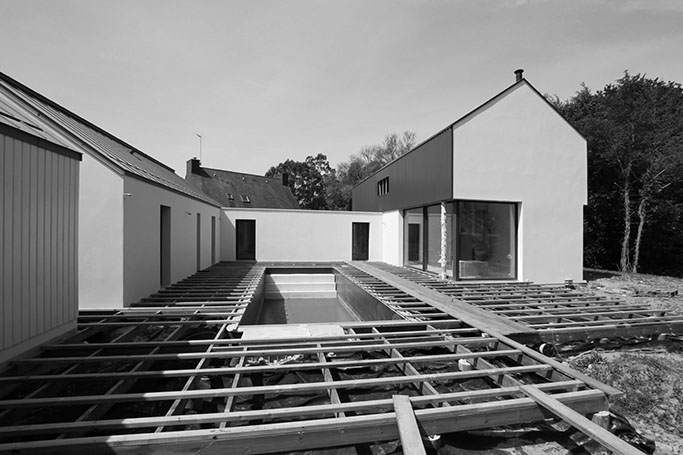 Autour de la piscine, maison à Larmor-Plage